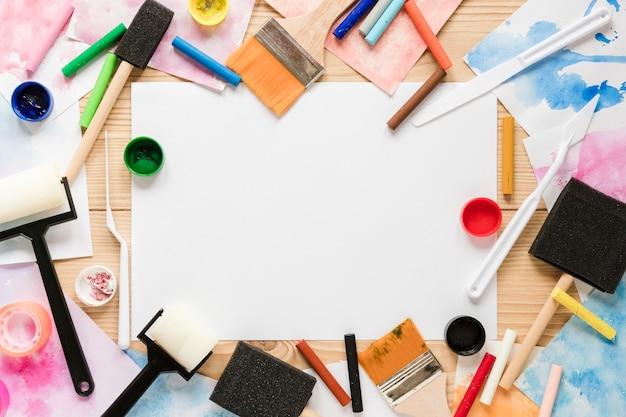 Cornice di strumenti di pittura dell'artista