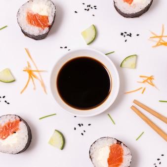 Cornice di sushi con salsa di soia