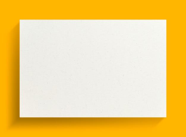 Cornice di tela bianca su uno sfondo giallo.