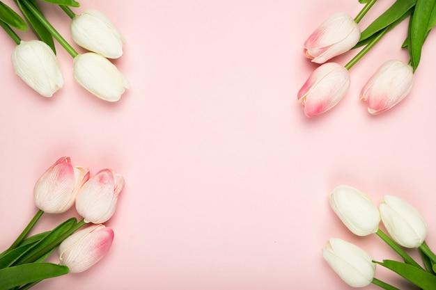 Cornice di tulipani in fiore con copia-spazio