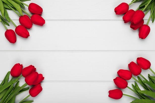 Cornice di tulipani rossi con copia-spazio