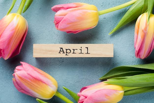 Cornice di tulipani vista dall'alto con etichetta di aprile