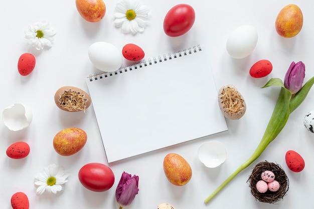 Cornice di uova di pasqua e notebook