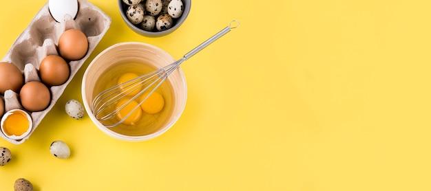 Cornice di uova vista dall'alto con copia-spazio