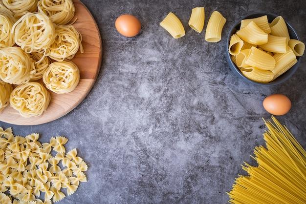 Cornice di varietà di pasta con uova