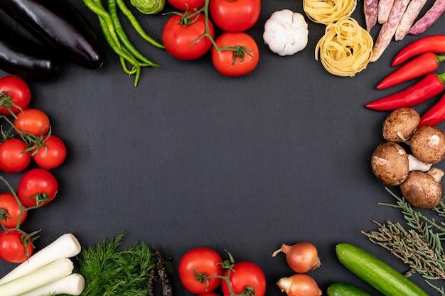 Cornice di verdure colorate su fondo nero