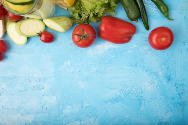 Cornice di verdure su blu