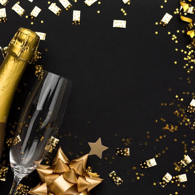 Cornice dorata di decorazioni con champagne