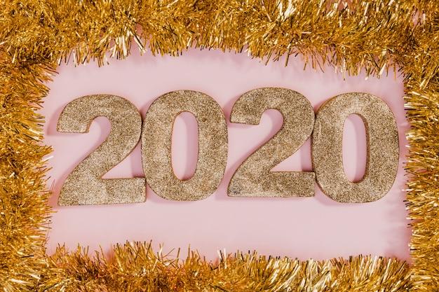 Cornice dorata tinsel con segno di nuovi anni
