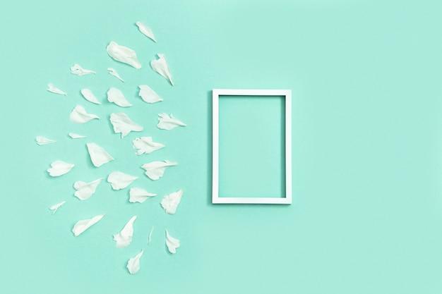 Cornice e petali bianchi di peonia, inviti o auguri.