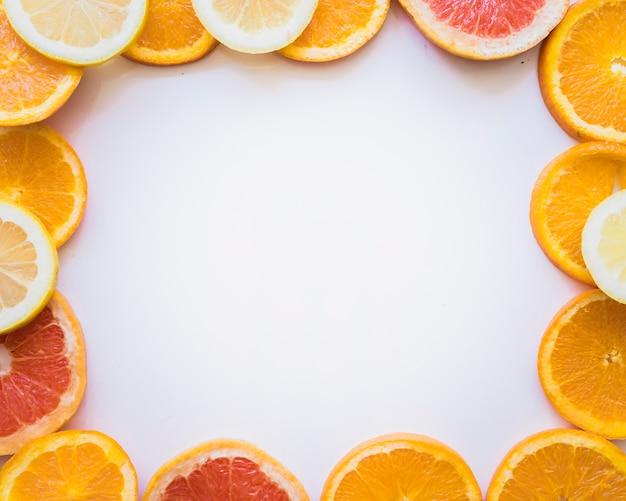Cornice fantastica di fette di frutta