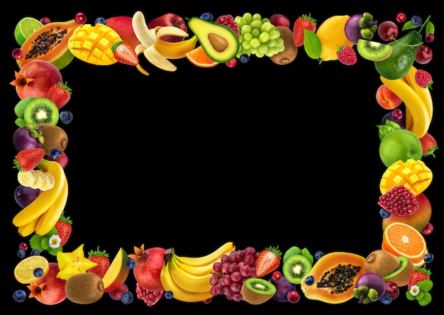 Cornice fatta di diversi frutti e bacche, su sfondo nero