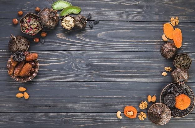 Cornice fatta di diversi tipi di frutta secca con noci