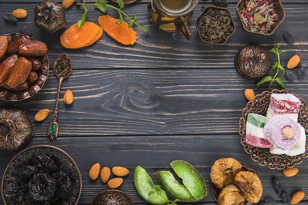 Cornice fatta di diversi tipi di frutta secca e delizia turca