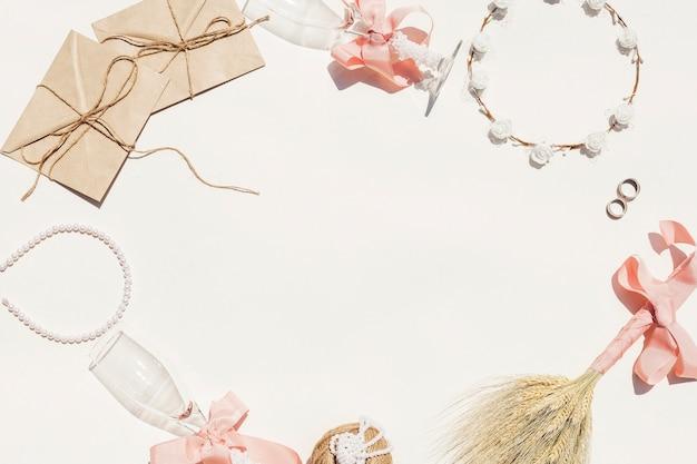 Cornice fatta di oggetti di nozze con spazio di copia