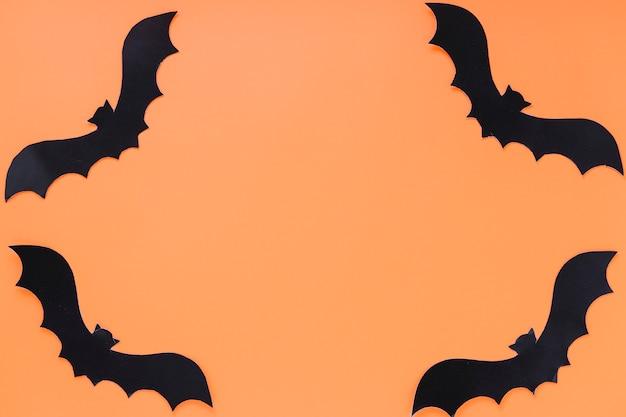 Cornice fatta di pipistrelli di carta
