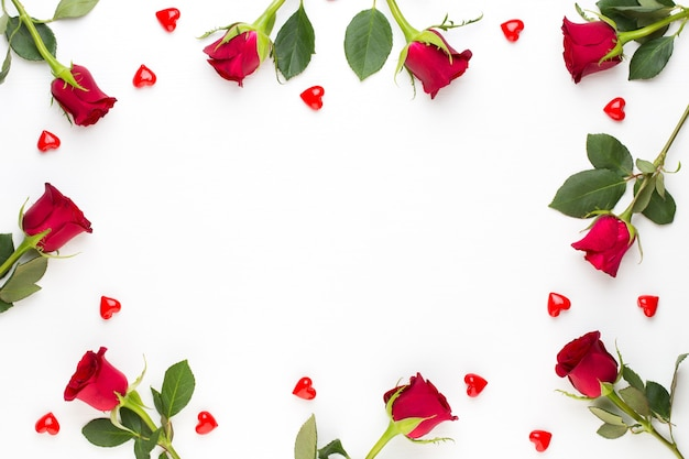 Cornice fatta di rose rosse vista dall'alto