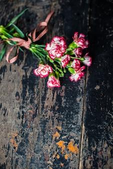 Cornice festosa con fiori di garofano