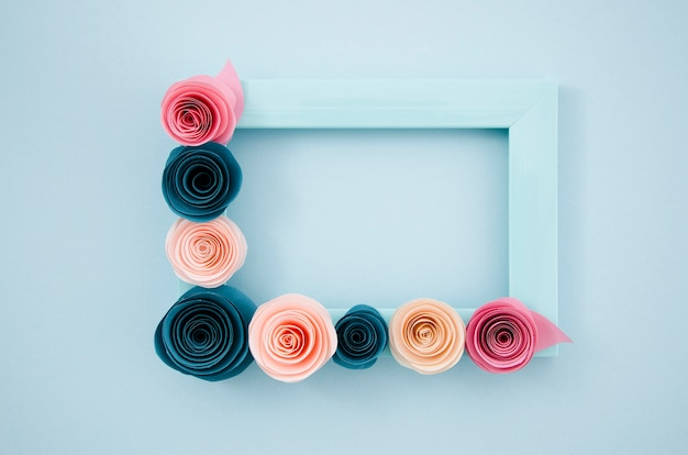 Cornice floreale blu piatto laici su sfondo blu