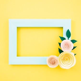 Cornice floreale blu piatto laici su sfondo giallo