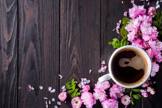 Cornice floreale con tazza di caffè