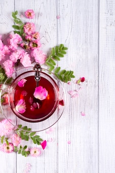 Cornice floreale con tazza di tè