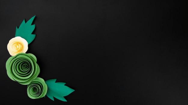 Cornice floreale elegante vista dall'alto su sfondo nero con spazio di copia