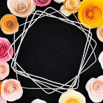 Cornice floreale su sfondo nero