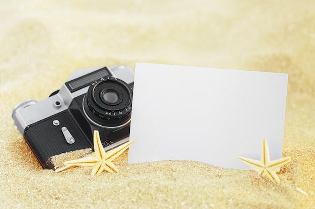 Cornice fotografica su conchiglie e sabbia