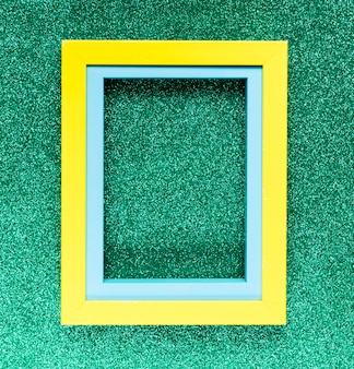 Cornice geometrica su sfondo verde
