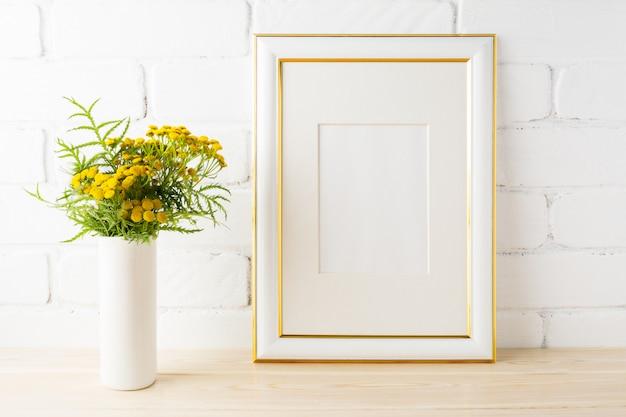 Cornice gialla decorata mockup fiori gialli vicino a muri di mattoni dipinti
