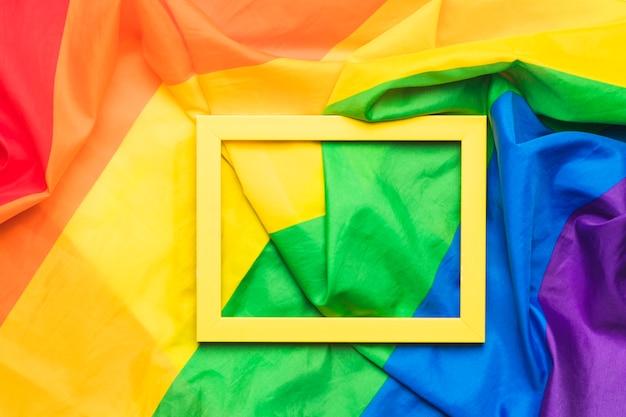 Cornice gialla su bandiera lgbt stropicciata