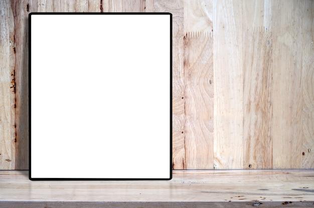 Cornice in bianco in bianco del modello sulla tavola di legno con copyspace per l'esposizione del prodotto.