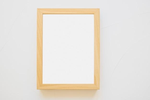 Cornice in legno bianco su sfondo bianco