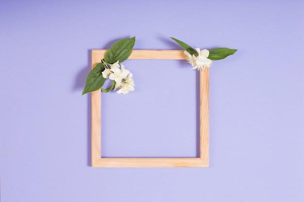 Cornice in legno con fiori su carta viola