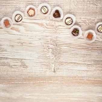 Cornice in legno con una fila di cioccolatini, spazio