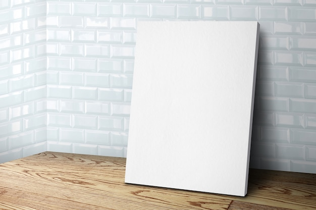 Cornice in tela bianca vuota che si appoggia al muro di piastrelle e pavimento in legno