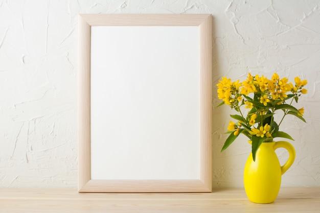 Cornice mockup con fiori gialli in vaso brocca stilizzata