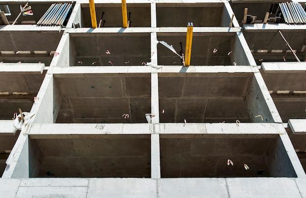 Cornice monolitica di una nuova casa in costruzione