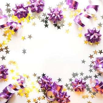 Cornice natalizia di decorazioni pastello argento e rosa, palline, tinsel, stelle, glitter su bianco. xmas. disteso. vista dall'alto con spazio di copia