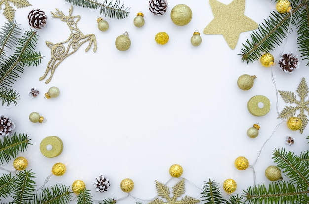 Cornice natalizia fatta di rami di abete e decorazioni. sfondo di natale
