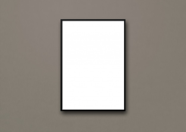 Cornice nera appesa a una parete grigio scuro. modello vuoto