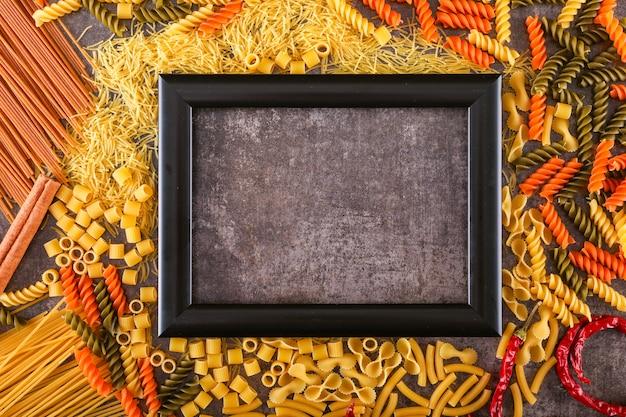 Cornice nera circondata da pasta mista mista