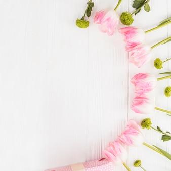 Cornice pastello con tulipani