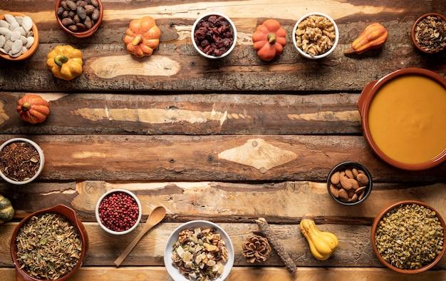 Cornice per alimenti piatti con ciotole e zucche