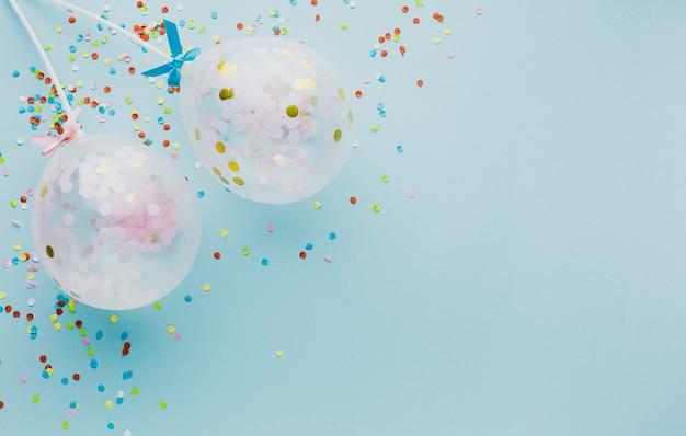 Cornice per feste piatta con palloncini e copia-spazio