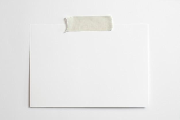 Cornice per foto orizzontale in bianco formato 10 x 15 con ombre morbide e nastro adesivo isolato su sfondo bianco