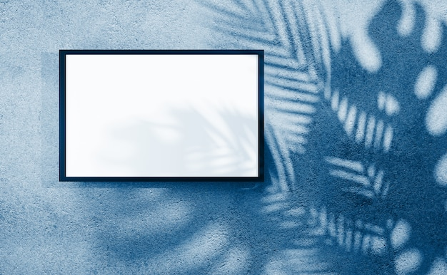 Cornice per mockup di testo o immagine su parete intonacata con ombra di foglie di palma nei classici colori blu di tendenza. rendering 3d.