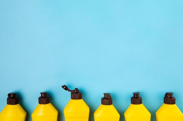 Cornice per vista dall'alto con bottiglie di detersivo e copia-spazio