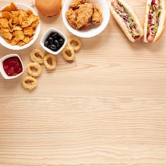 Cornice piatta con cibo e copia-spazio